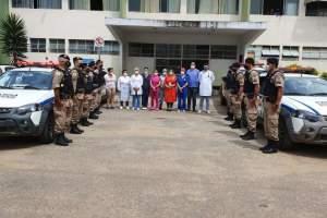 Policiais militares prestam homenagem aos profissionais de saúde