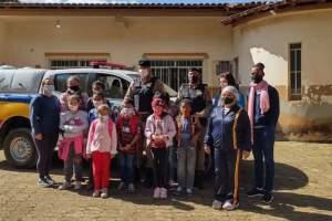 Policiais militares de Espera Feliz fazem surpresa para uma criança